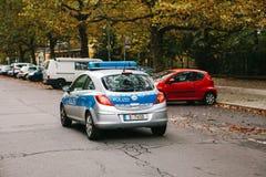 柏林, 2017年10月2日:警车沿街道移动 人保护和安全由警察的 库存图片