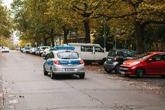柏林, 2017年10月2日:警车沿街道移动 人保护和安全由警察的 免版税库存图片