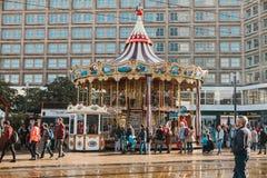 柏林, 2017年10月4日:转盘和其他娱乐人的Alexanderplatz的摆正 当地居民和 免版税库存图片
