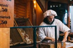 柏林, 2017年10月03日:面包师在街道面包店工作在慕尼黑啤酒节 免版税库存图片