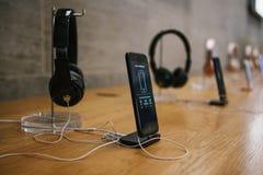 柏林, 2017年10月2日:iPhone 8和8正和销售的介绍在官员的新的苹果计算机产品 库存照片