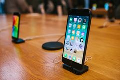 柏林, 2017年12月14日:iPhone 8和iPhone的介绍8个加号在正式苹果计算机商店在柏林 新 库存照片