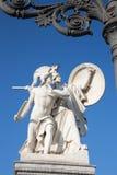 柏林-在Schlossbruecke -雅典娜的雕塑保护年轻英雄 图库摄影