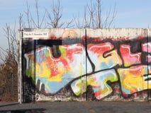 柏林围墙的片段在博恩霍尔姆桥梁的 库存照片