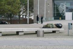 柏林- 2016年10月18日:一个人在长凳睡觉 免版税图库摄影