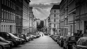 柏林- 2016年10月19日:一个人在Berli穿过街道 免版税图库摄影