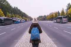 柏林- 2016年10月18日:一个女孩在秋天,在Bundesstr 库存照片