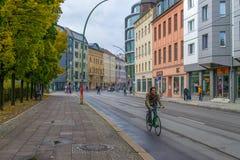 柏林- 2016年10月20日:在柏林供以人员骑自行车在一条街道 库存图片
