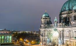 柏林- 2013年11月16日:城市大教堂视图在晚上 berlitz 免版税图库摄影