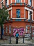 柏林- 2016年10月19日:敬佩街道画和建筑学的女孩 免版税库存图片