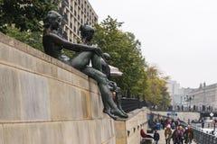 柏林- 2016年10月18日:沿狂欢河的雕象 库存图片