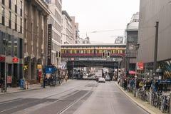 柏林- 2016年10月18日:火车在桥梁通过在Friedrichstrasse驻地在柏林 库存图片
