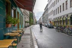 柏林- 2016年10月20日:骑自行车的女孩在一条街道在柏林 图库摄影