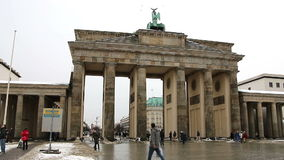 柏林-德国, 2016年1月8日:在勃兰登堡门前面的人们 影视素材