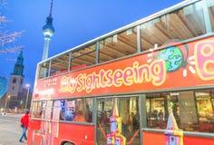 柏林- 2013年11月15日:城市观光的公共汽车在晚上 Berli 库存图片