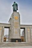 柏林- 2016年10月02日:著名犹太浩劫纪念品全景在勃兰登堡门附近的在金黄晚上 免版税库存图片
