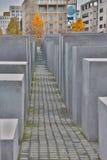 柏林- 2016年10月02日:著名犹太浩劫纪念品全景在勃兰登堡门附近的在金黄晚上 库存图片