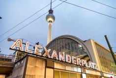 柏林- 2013年11月15日:Alexanderplatz光在晚上 亚历克斯 免版税库存图片