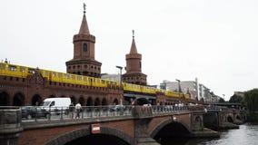 柏林- 8月21 :实时被锁在人下射击Oberbaum桥梁的 影视素材