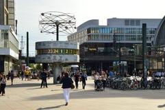 柏林`的s Alexanderplatz人们摆正与Weltzeituhr世界时钟 Alexanderplatz也是一重要中央 免版税库存图片