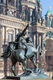 柏林- Dom和铜雕塑Amazone zu在Altes博物馆前面的Pferde在8月亲吻之前1842 免版税库存照片
