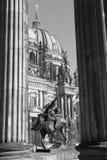 柏林- Dom和铜雕塑Amazone zu在Altes博物馆前面的Pferde在8月亲吻之前1842 库存图片