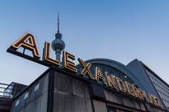 柏林alexanderplatz在蓝色小时 免版税库存图片