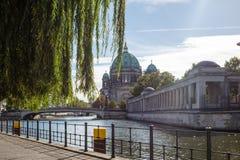 柏林Dom,海岛博物馆的大教堂教会在柏林,德国 背景蓝天 免版税库存照片