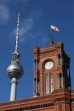 柏林Fernsehturm和Rathaus 免版税库存图片