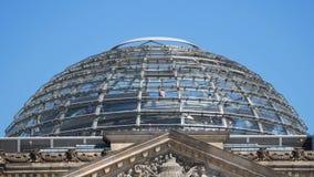 柏林Reichstag的圆顶的访客反对天空蔚蓝的 股票视频