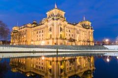 柏林Spreebogen和Reichstag在晚上 库存图片