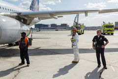 柏油碎石地面的机场紧急人员 免版税库存图片