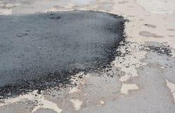 柏油路修理 修理路面和放置新的沥青修补的方法 免版税库存图片