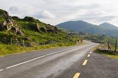 柏油路和小山在connemara在爱尔兰 免版税图库摄影