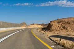 柏油路和篱芭墙壁在房客有埃及的在沙漠Nege 免版税图库摄影