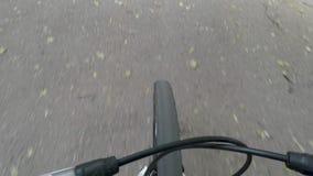 柏油路和转动的自行车前轮,顶面在看法下 影视素材