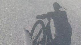 柏油路和转动的自行车前轮,顶面在看法下 股票视频