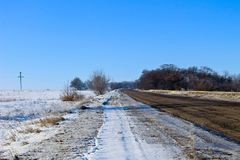 柏油路在冬天 免版税库存照片