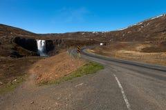 柏油路在冰岛的海湾 免版税库存图片
