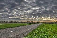 柏油路在剧烈的天空下 库存照片