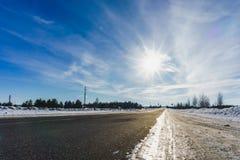 柏油路在多雪的冬天在美好的冷淡的晴天 免版税图库摄影