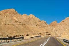 柏油路在沙漠内盖夫,以色列,路12,运输infrast 库存图片