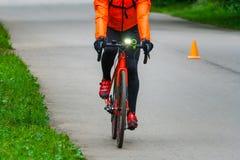 柏油路的自行车骑士在公园 免版税库存照片