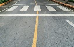 柏油路的行人穿越道 免版税库存照片