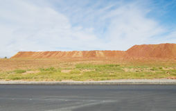 从柏油路看见的沙漠山 库存照片