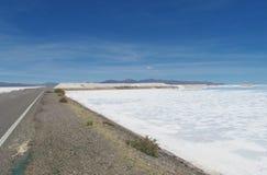 柏油路通过巨大的盐湖 免版税库存图片