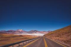 柏油路通过阿塔卡马沙漠,智利 免版税图库摄影