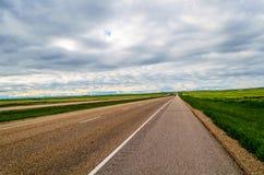 柏油路,有宽领域的一条高速公路的美好的全景 库存图片