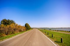 柏油路,有宽领域的一条高速公路的美好的全景 库存照片