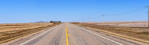 柏油路,有宽领域的一条高速公路的美好的全景 免版税图库摄影
